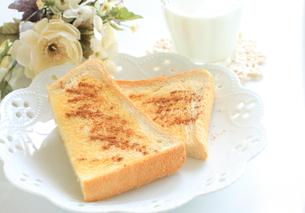 シナモントーストと牛乳の写真素材 [FYI00032227]