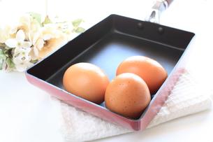 卵とフライパンの写真素材 [FYI00032341]