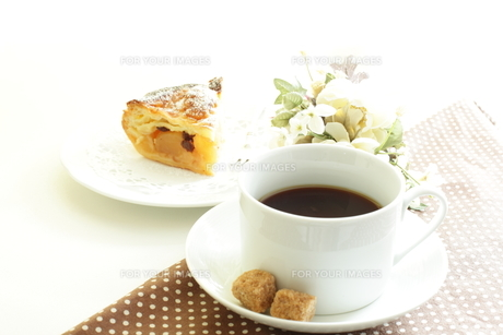ブラックコーヒーとブラウンシュガーの写真素材 [FYI00032592]