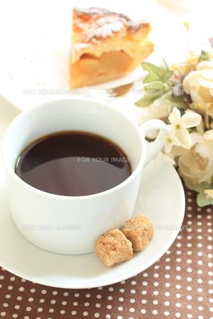 ブラックコーヒーとブラウンシュガーの写真素材 [FYI00032594]
