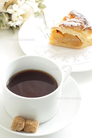 ブラックコーヒーとブラウンシュガーの写真素材 [FYI00032596]