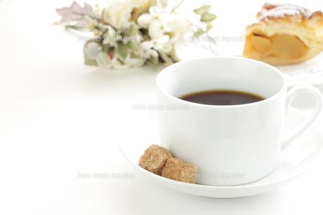 ブラックコーヒーとブラウンシュガーの写真素材 [FYI00032597]