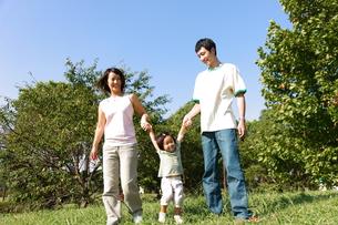 手をつなぐ家族の写真素材 [FYI00032730]