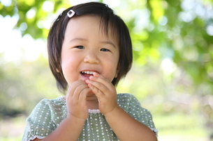 笑う女の子の写真素材 [FYI00032731]
