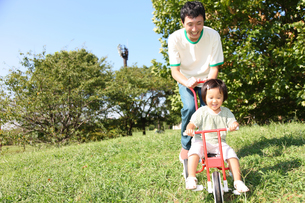 公園で遊ぶ親子の写真素材 [FYI00032732]