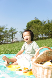 ピクニックをする女の子の写真素材 [FYI00032737]