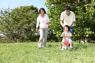 公園で遊ぶ家族の写真素材 [FYI00032738]