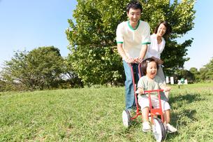 公園で遊ぶ家族の写真素材 [FYI00032740]