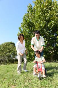 公園で遊ぶ家族の写真素材 [FYI00032744]