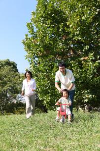 公園で遊ぶ親子の写真素材 [FYI00032745]