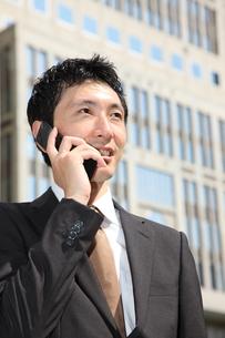 電話をするビジネスマンの写真素材 [FYI00032771]