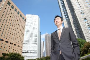 オフィス街のビジネスマンの写真素材 [FYI00032774]