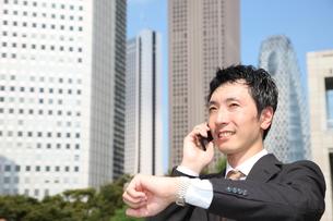 電話で約束するビジネスマンの写真素材 [FYI00032778]