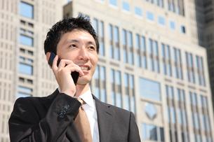 電話で話すビジネスマンの写真素材 [FYI00032782]
