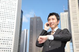 電話で約束するビジネスマンの写真素材 [FYI00032784]