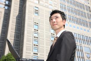 オフィス街のビジネスマンの写真素材 [FYI00032786]
