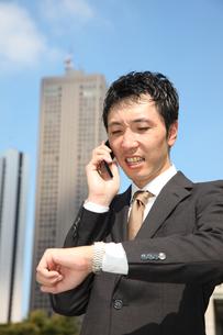 電話で約束するビジネスマンの写真素材 [FYI00032787]