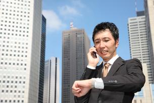 電話で約束するビジネスマンの写真素材 [FYI00032790]