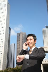 電話で約束するビジネスマンの写真素材 [FYI00032795]