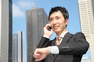 電話で約束するビジネスマンの写真素材 [FYI00032796]