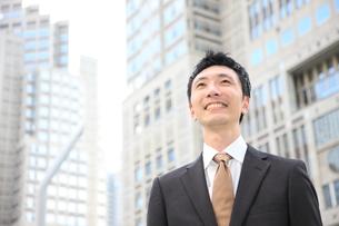 笑顔のビジネスマンの写真素材 [FYI00032800]