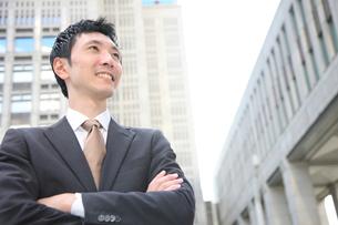 腕を組むビジネスマンの写真素材 [FYI00032802]