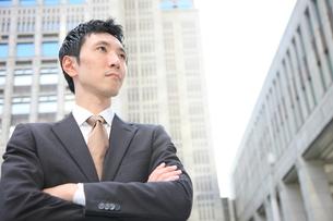 腕を組み真剣なビジネスマンの写真素材 [FYI00032806]