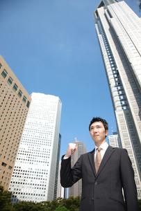 青空の下でガッツポーズをするビジネスマンの写真素材 [FYI00032809]