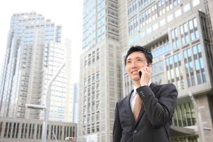 電話をするビジネスマンの写真素材 [FYI00032810]