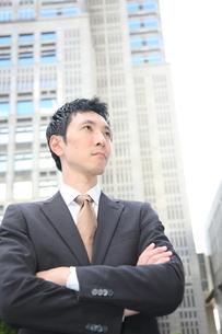 腕を組み真剣なビジネスマンの写真素材 [FYI00032814]