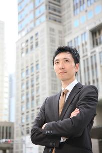 腕を組み真剣なビジネスマンの写真素材 [FYI00032815]