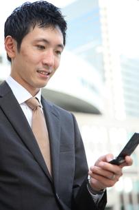 電話をするビジネスマンの写真素材 [FYI00032819]