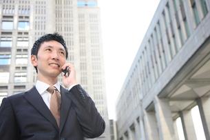 電話をするビジネスマンの写真素材 [FYI00032821]