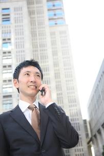 電話をするビジネスマンの写真素材 [FYI00032822]