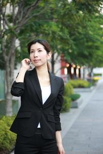 電話をするビジネスウーマンの写真素材 [FYI00032825]