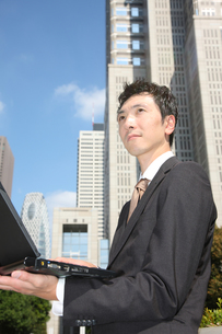 オフィス街のビジネスマンの写真素材 [FYI00032829]
