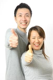 グーサインを出すカップルの写真素材 [FYI00032831]