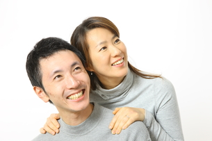 見上げるカップルの写真素材 [FYI00032834]