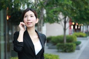 電話をするビジネスウーマンの写真素材 [FYI00032837]