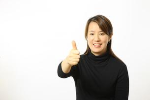 グーポーズをとる女性の写真素材 [FYI00032848]