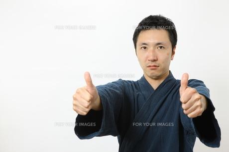 指圧ポーズをする男性の写真素材 [FYI00032864]