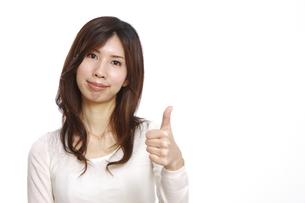 グーサインを出す女性の写真素材 [FYI00033003]