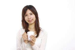 お茶を飲む女性の写真素材 [FYI00033005]