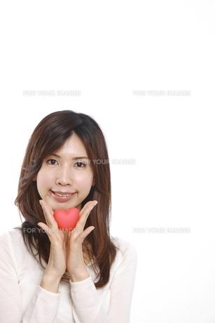 ハートを持つ女性の写真素材 [FYI00033006]