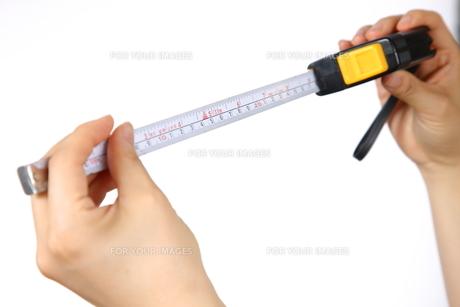 メジャーで測るの写真素材 [FYI00033267]