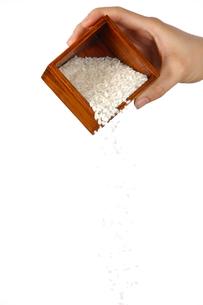 米を計るの写真素材 [FYI00033282]
