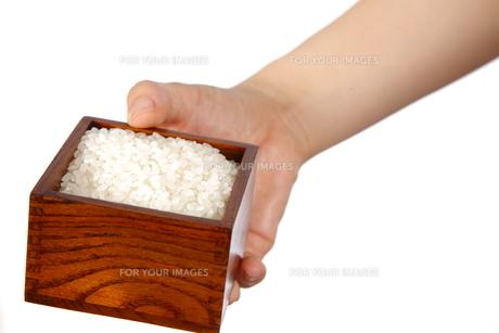米を持つの写真素材 [FYI00033314]