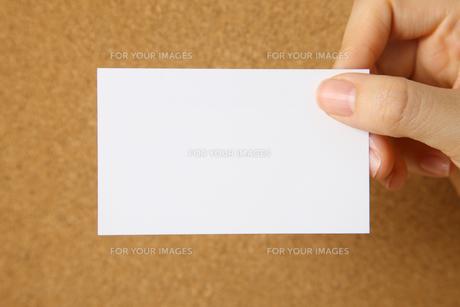 メモを持つの写真素材 [FYI00033344]