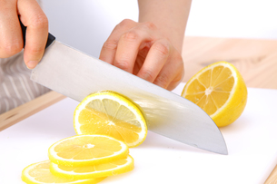 レモンを切るの写真素材 [FYI00033661]