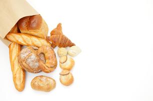 紙袋から広げるパンの写真素材 [FYI00033698]